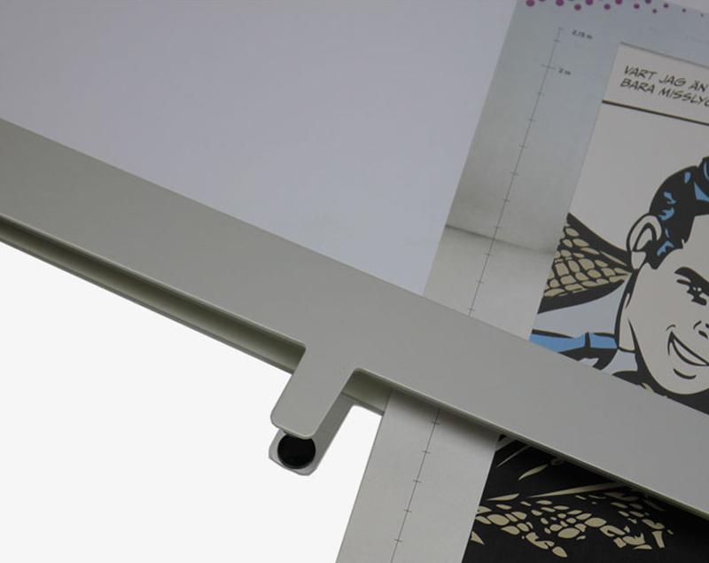 De print wordt geplaatst tussen beschermende acrylaar panelen.