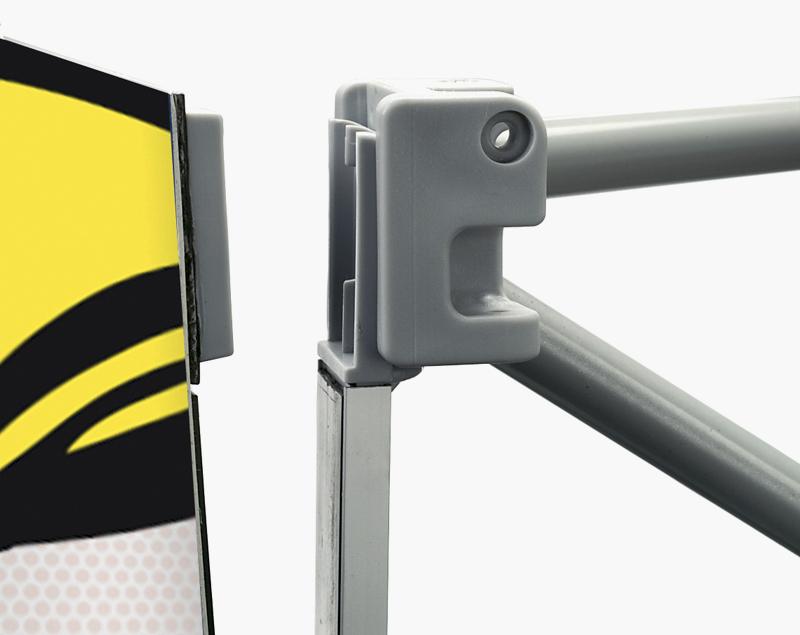 De magneetrails worden automatisch op de juiste positie geplaatst en de panelen hangen automatisch op de juiste plek.
