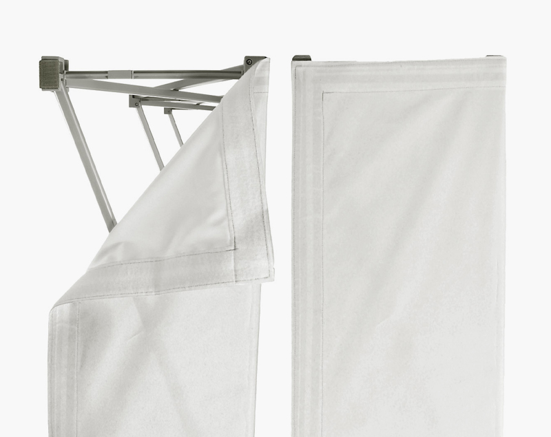 De print op doek is bevestigd met klittenband.
